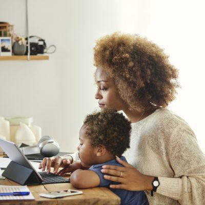 actividades para niños- madre teletrabajando con nino