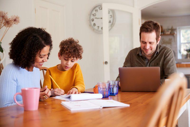 actividades para niños padre trabajando y madre ayudando con los deberes a su hijo