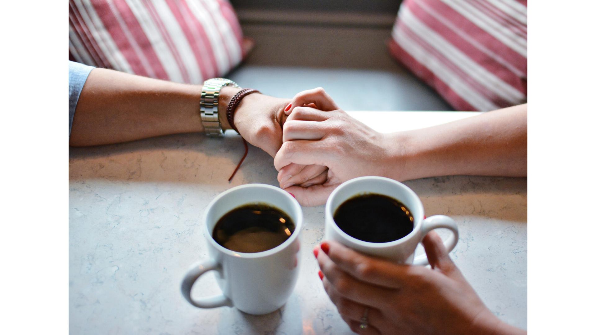 Pareja_agarrandose la mano_relaciones_de_pareja