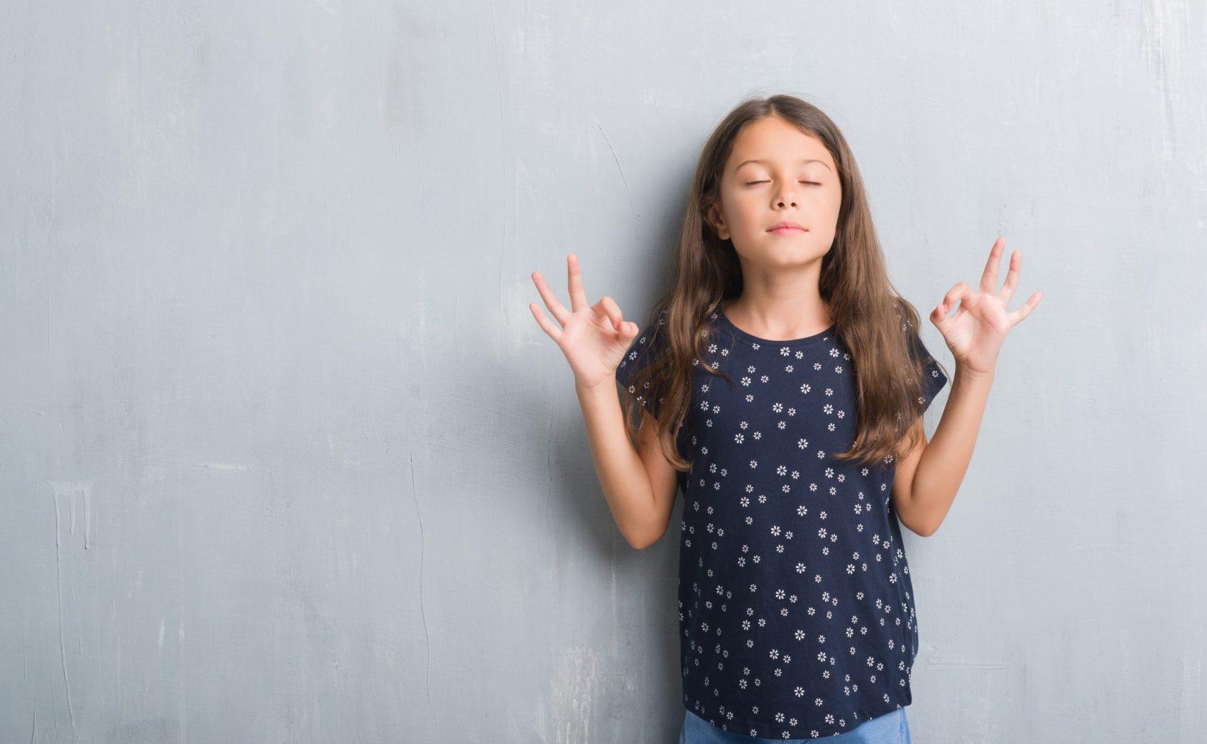 La_paz_interior_niña_practicando_midfulness